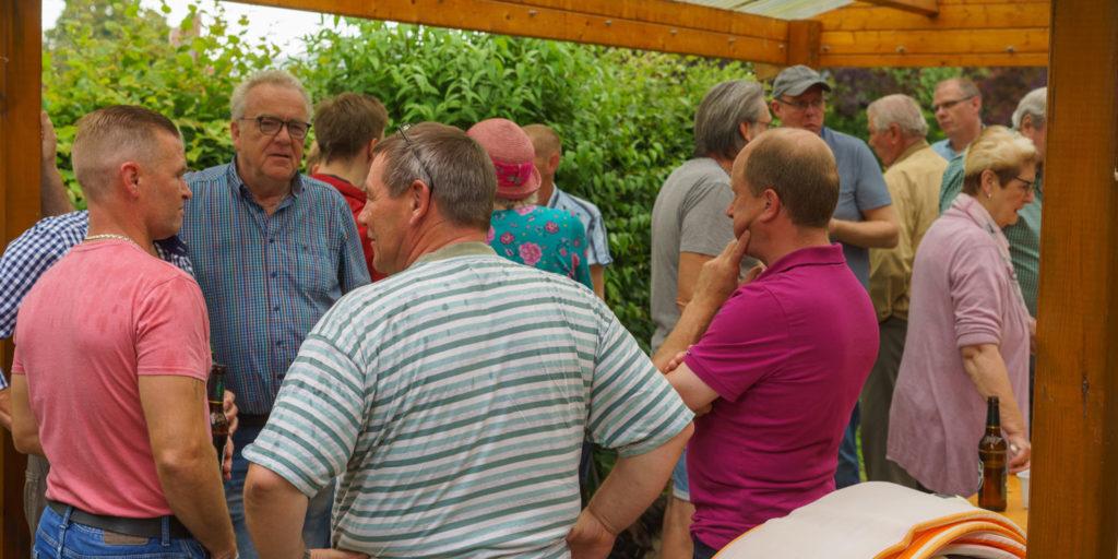 Der Stadtverbandsvorsitzende Karsten Donneker (2. von links) in Costedt im Gespräch mit Bürgern